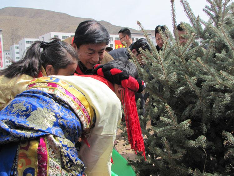 4月14日是玉树地震三周年纪念日,在玉树州结古镇举行的万人植树造林活动中,青海省委书记骆惠宁与小朋友们共同种下了第一颗幼松。