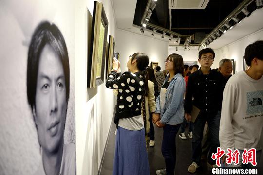 """""""上海•江苏油画名家邀请展""""于4月26日上午在书画之乡江苏无锡开幕,画展吸引了诸多无锡市在校大学生前来一睹大师名作。李一芳 摄"""
