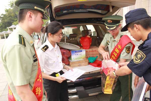 广西凭祥市友谊关边检站检查员在履行出境检查手续