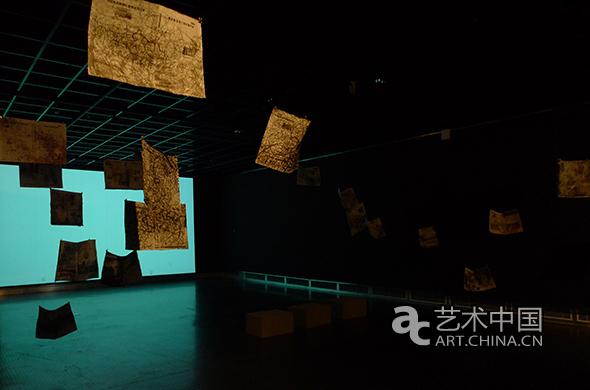 """由浙江美术馆、中央美术学院美术馆主办,冯博一策划的""""无边——王璜生作品(2009-2013)""""展览于4月28日在浙江美术馆开幕,展览共展出了王璜生2009至2013年期间创作的水墨、装置与影像作品50余组。 该展以""""隔空""""、""""介入""""、""""居间""""为三个单元,展示了王璜生近年来在水墨与艺术实验方面上探索的轨迹。在展陈结构和设计上,展览的三个单元以""""白、黑、灰""""三个色调铺陈展开,三个主题、三个色调、三个空间,似乎也是王璜生三种心境和艺术探索路径的表露和展现。"""