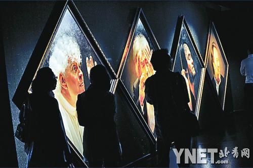 《交响•融合——姜国芳紫禁城系列作品展》日前在国家大剧院东展览厅开幕。 观众不仅能一睹四十余幅极具代表性的紫禁城系列油画作品,还可欣赏到世界十大指挥家的油画肖像。(魏彤)