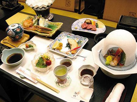 除了做生鱼片的配料,芥末经常用作泡菜、拌沙拉的调味料和肉类的调味品。