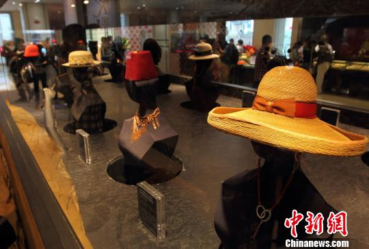 """6月2日,观众被展出的""""金帽子""""吸引。中新社发 泱波 摄"""