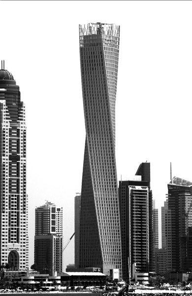 """10日,总高310米、共73层的""""卡延塔""""在阿拉伯联合酋长国迪拜海滨区正式落成,这座摩天大厦外观新颖别致,最大特点是楼体实现了90度扭曲旋转,堪称全世界""""最高最拧巴""""的大厦。"""