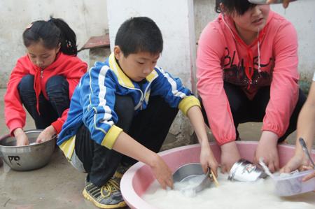 吃过饭后,陈冲正在洗碗