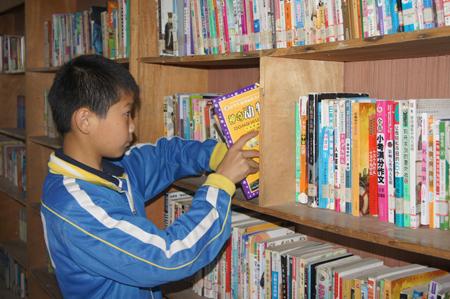 校图书管理员陈冲在整理书籍休息时间,陈冲和同学在一起7