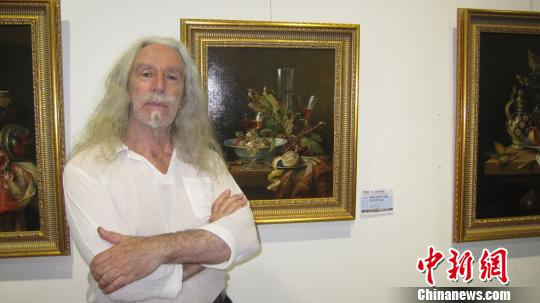 """为期15日的""""辉煌盛典——荷兰女王功勋画家作品展""""22日在天津启幕。图为70岁高龄的国际大师、伦布朗画派重要继承人之一勒迈先生。 刘家宇 摄"""