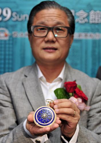 """6月21日,收藏家在""""圆明园特展""""台北预展上展示其所收藏的""""乾隆御用镀金镶珍珠宝石西洋怀表"""",该怀表为圆明园流失文物之一。"""