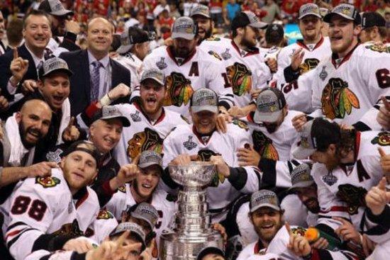北京时间6月25日,在北美职业冰球联赛总决赛第6场中,芝加哥黑鹰战胜波士顿棕熊,以总比分4比2夺得冠军