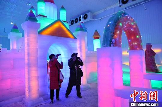 1日,邯郸市永年广府古城冰雕馆正式开馆,该馆成为河北省首家集广府主题冰雕展、哈尔滨冰雕精品展、冰上儿童乐园为一体的室内冰雪游乐场。马继前 摄