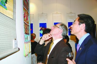 顾洪兴(右一)陪同马遗产委员会保护司司长斯基洛(右二)观看展览。