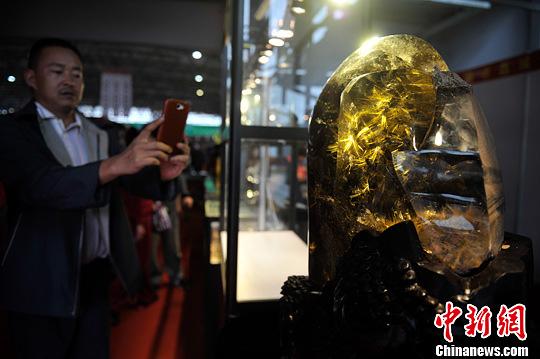 7月11日,一块钛晶花原石亮相2013中国昆明泛亚石博览会。中新社发 刘冉阳 摄