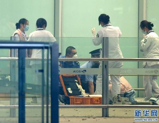 7月20日,医务人员和警察在爆炸现场处置。当日18:30分左右,在北京首都国际机场T3航站楼出站B口附近发生爆炸事件。据目击者称一名残疾人引燃携带的炸弹,目前人员伤亡情况不详。记者在现场看到引爆者倒地。新华社记者陈建力摄