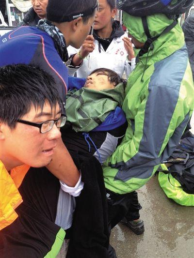 事发后,有驴友帮忙救治李翔(中)。驴友供图