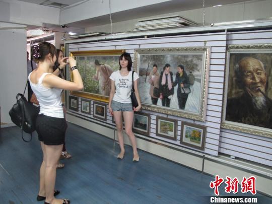 俄罗斯参观者在朝鲜画前合影留念 杨静 摄