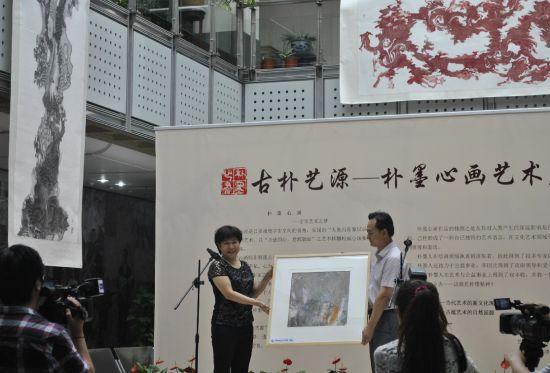 天津朴墨心画院作品赠予中国现代文学馆收藏