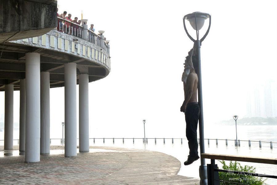 吉林省吉林市一男子上身赤裸 在路灯上吊死 粤