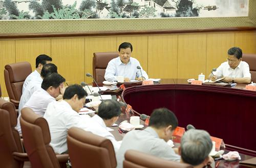 8月14日,中共中央政治局常委、中央党的群众路线教育实践活动领导小组组长刘云山在北京主持召开中央党的群众路线教育实践活动领导小组第三次会议。记者 黄敬文 摄