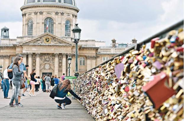 艺术桥的栏杆挂满了爱情锁。(图片来自《新明日报》)