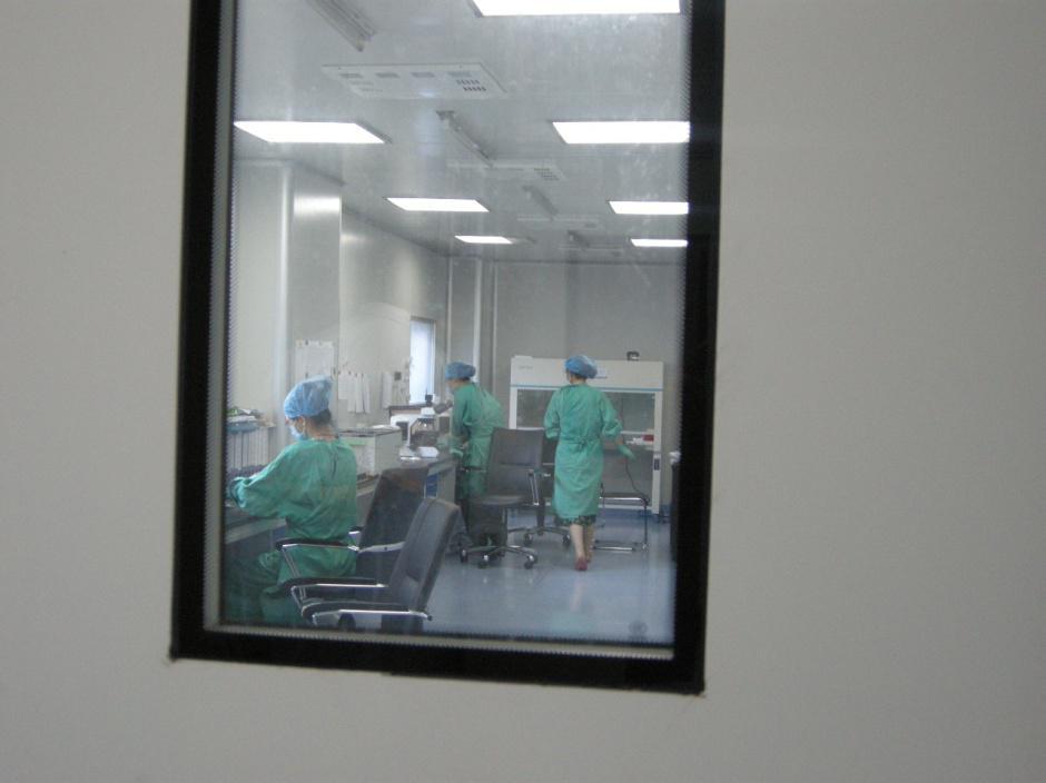 人类精子库内工作人员正在对精液进行指标检查