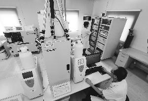昨天,在市环保检测中心大气综合观测实验室,工作人员使用大气颗粒物中阴阳离子在线检测仪对空气中PM2.5的成分进行实时分析。本报记者 饶强 摄