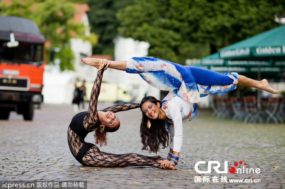 俄罗斯美女表演柔术 挑战身体极限 粤语台