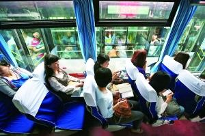 乘客乘坐管庄远洋一方小区至国贸方向的定制公交商务班车。新华社发