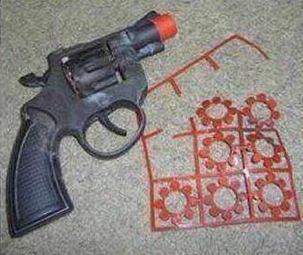 疑似引发爆炸的火药手枪与圆形炸药(右边的是炸药)