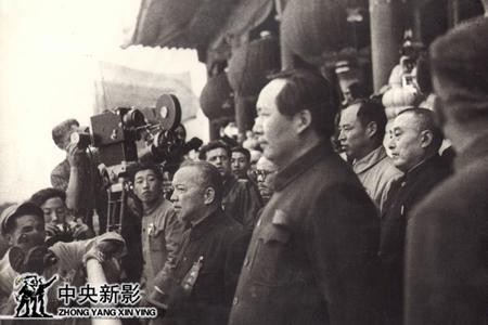 开国大典上摄影师李振羽(左二)在工作中