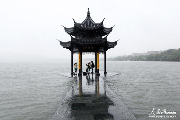 台风菲特致使西湖水外流 杭州水漫金山