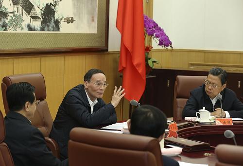 10月16日,中共中央政治局常委、中央纪委书记王岐山在北京主持省部级领导干部廉洁从政研修班座谈会并讲话。记者 庞兴雷 摄