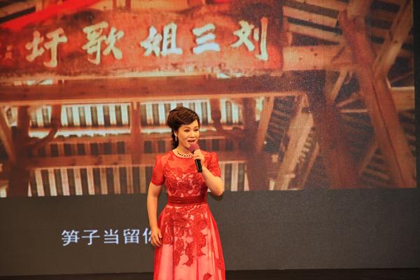 罗宁娜在现场演唱《刘三姐》。 刘桂阳 摄影