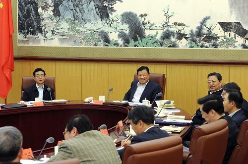 10月26日,中共中央政治局常委、中央党的群众路线教育实践活动领导小组组长刘云山在北京主持召开中央党的群众路线教育实践活动领导小组第五次会议。记者 饶爱民 摄