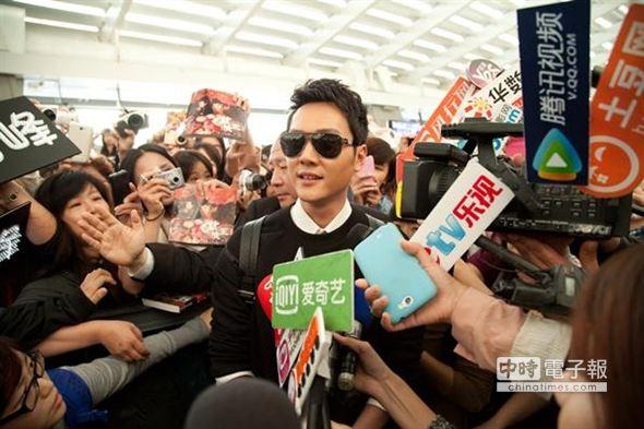 冯绍峰今(29)日下午抵台,吸引大量粉丝接机挤爆大厅。(图片来自台媒)