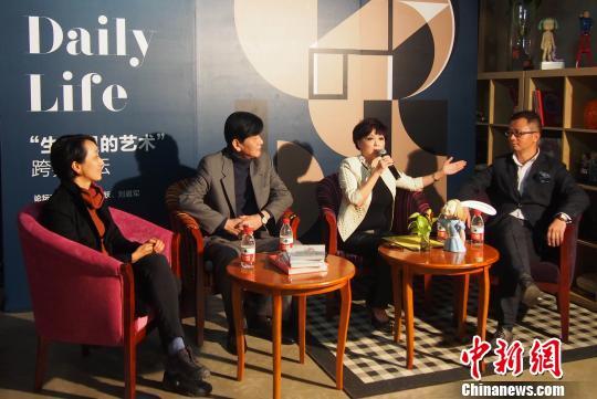 """11月1日,""""生活中的艺术""""论坛在北京举行,香港知名主持人查小欣(右2 )与艺术家向京(左1)、收藏家马跃(左2)、刘晨军从不同角度探讨了艺术与生活的关系。 郑巧 摄"""