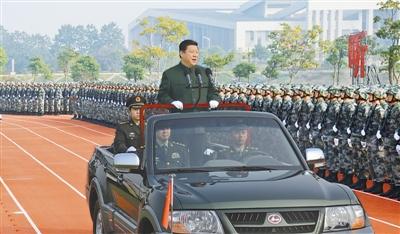 11月5日,中共中央总书记、国家主席、中央军委主席习近平在国防科学技术大学视察。这是习近平检阅国防科学技术大学干部和学员方队。