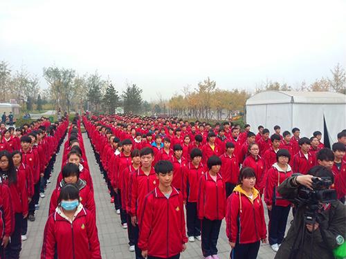 学生们列队有序参加活动启动仪式