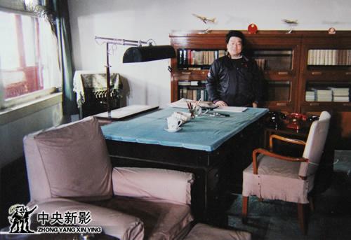郭维钧在西花厅周总理办公室留影