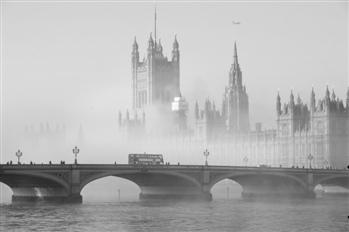 曾经的伦敦也为雾霾所笼罩,并在2个月内造成12000人死亡。