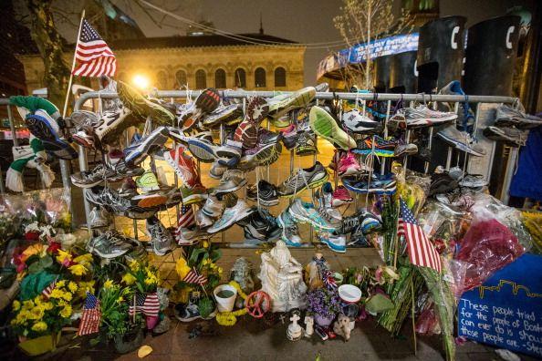 人们用鲜花和跑鞋表达对2013年波士顿马拉松赛中遇难者的哀思和眷恋