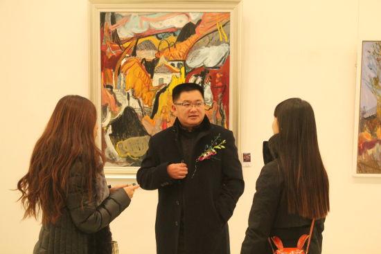 画家杨继锋和媒体记者交流自己作品