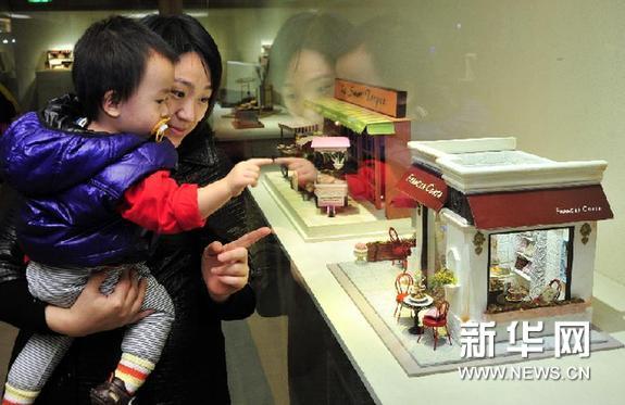 1月4日,观众观看台湾艺术家简沛琳的作品《小巴黎法式甜点店》。新华网图片 吴景腾 摄
