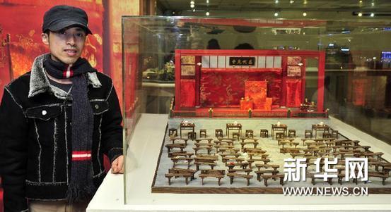 1月4日,大陆艺术家西树与他创作的电影《霸王别姬》微景观戏台合影。新华网图片 吴景腾 摄