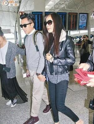 """孕妇装的""""刘太""""杨幂率先大秀五卡巨钻求婚戒指,一副幸福满泻模样."""