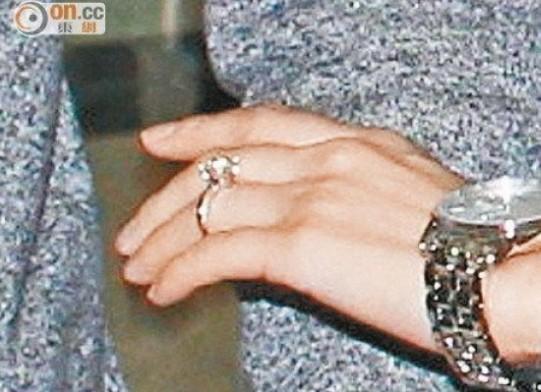 """孕妇装的""""刘太""""杨幂率先大秀五卡巨钻求婚戒指,一副幸福满泻模样"""