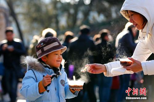الصينيون يحتفلون بعيد لابا
