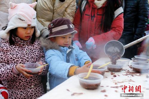 معبد تانتشه في بكين يقدم حساء اللابا