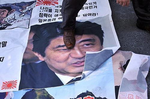2013年12月27日,韩国民众在日本驻首尔大使馆外举行示威活动,强烈抗议安倍晋三参拜靖国神社。(图片来源:环球网)