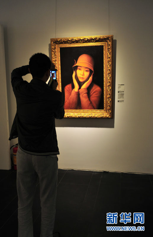 1月10日,观众在展馆内拍照。