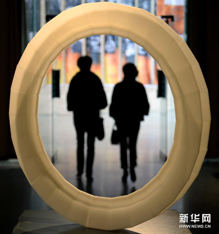 (4)1月13日,在杭州中国美术学院美术馆,参观者在欣赏玻璃艺术作品。